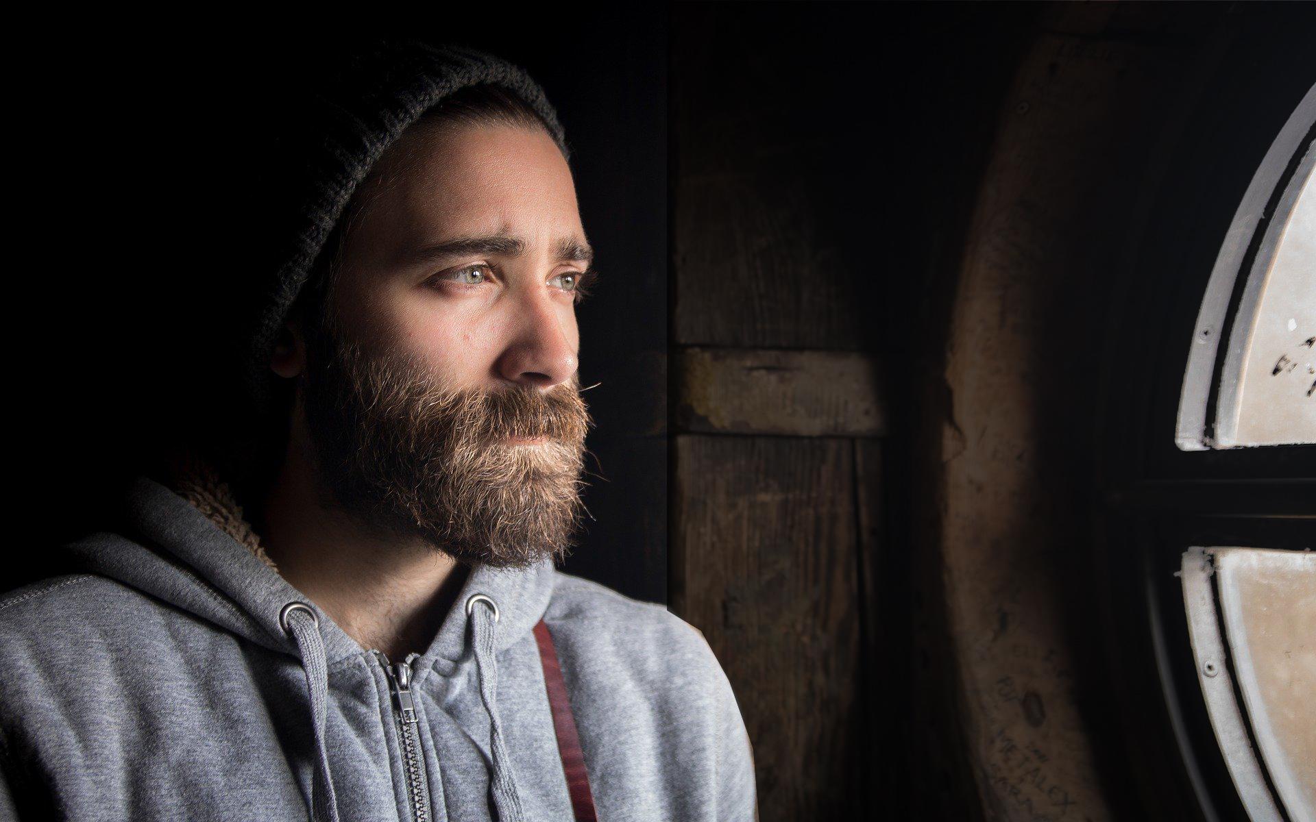 uomo con barba coronavirus