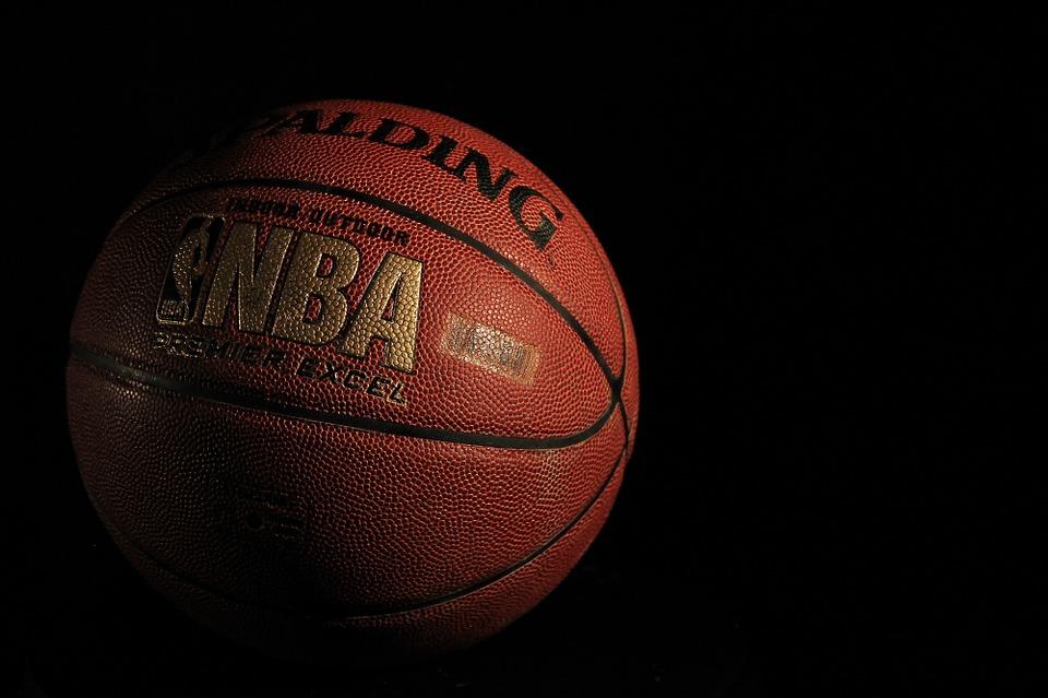 palla da basket arancione con logo mba doro